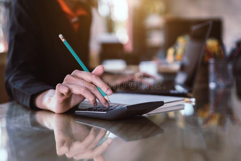 Pressing de main de femme d'affaires sur la calculatrice pour l'estimation de coût calculatrice photo libre de droits