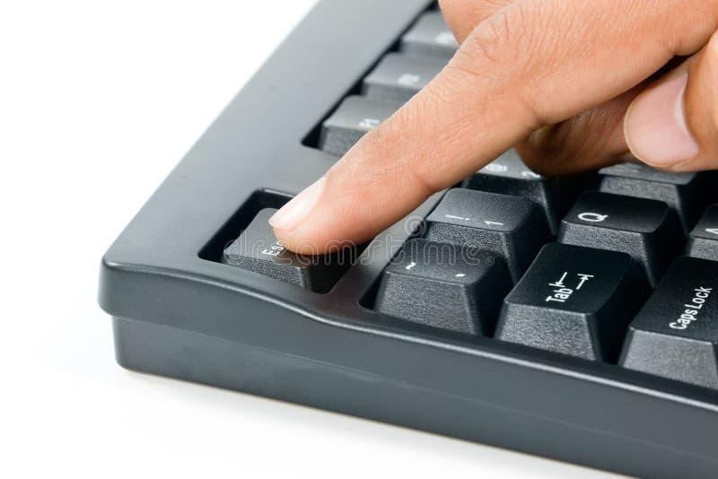 Pressionando a chave de escape no teclado de computador fotos de stock