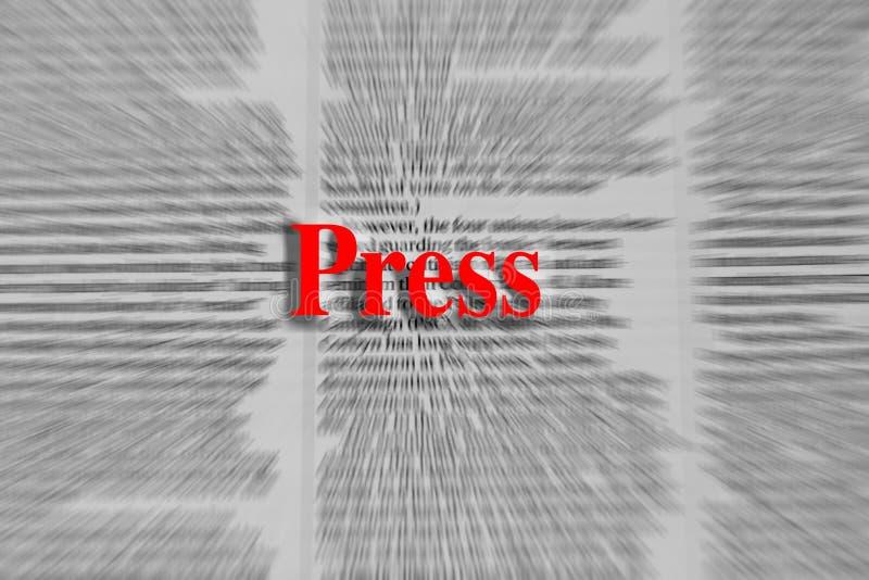 Pressione escrito no vermelho com um artigo de jornal borrado no CCB fotografia de stock royalty free
