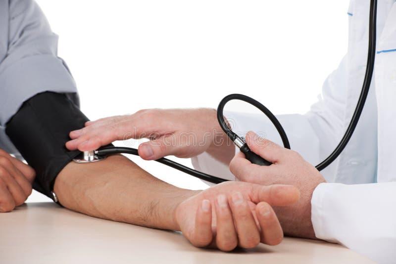 Pressione sanguigna di misurazione. fotografie stock
