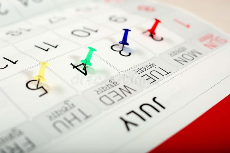 A pressione variopinto sul calendario bianco immagini stock libere da diritti