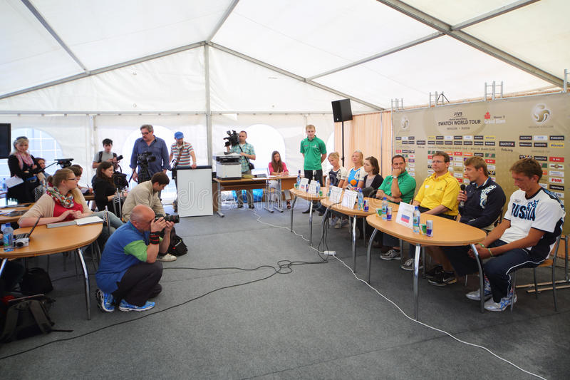 Presskonferens med ryska deltagare av konkurrens för storslagen Slam för turnering royaltyfri bild