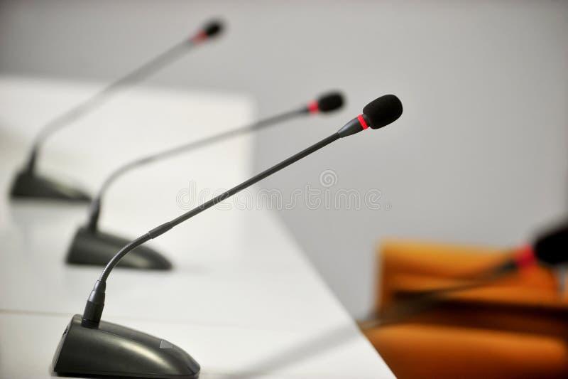 Presskonferensmikrofoner royaltyfria foton