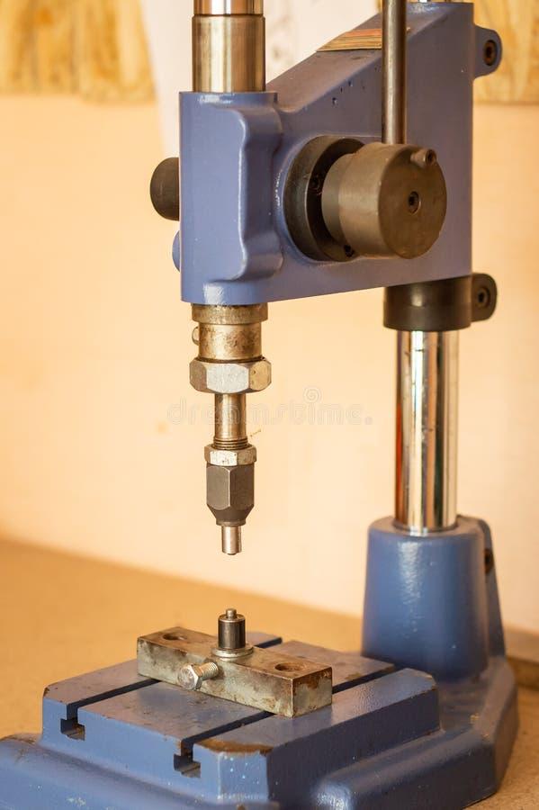 Pressmaschine in der Kleidungs- und Zubehörfertigung clench lizenzfreie stockfotografie
