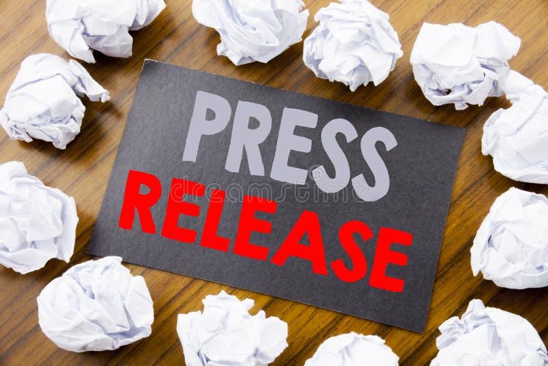 Pressmeddelande för visning för överskrift för handhandstiltext Affärsidé för meddelandemeddelandemeddelandet som är skriftligt p arkivfoton