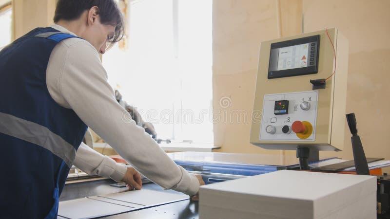 Pressoperatören producerar printing arkivbild