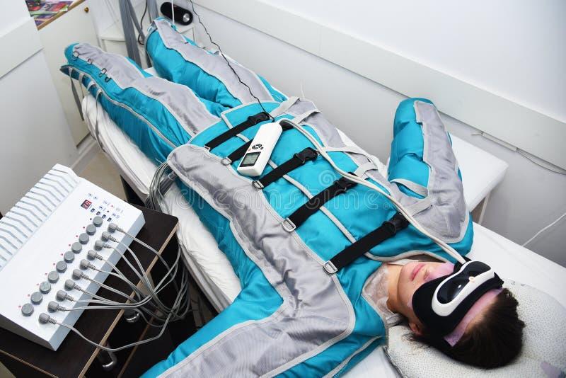Pressotherapy Lymfatische drainagemassage De hardwarekosmetiek De voet van de vrouw in het water Niet het chirurgische lichaam be stock foto's
