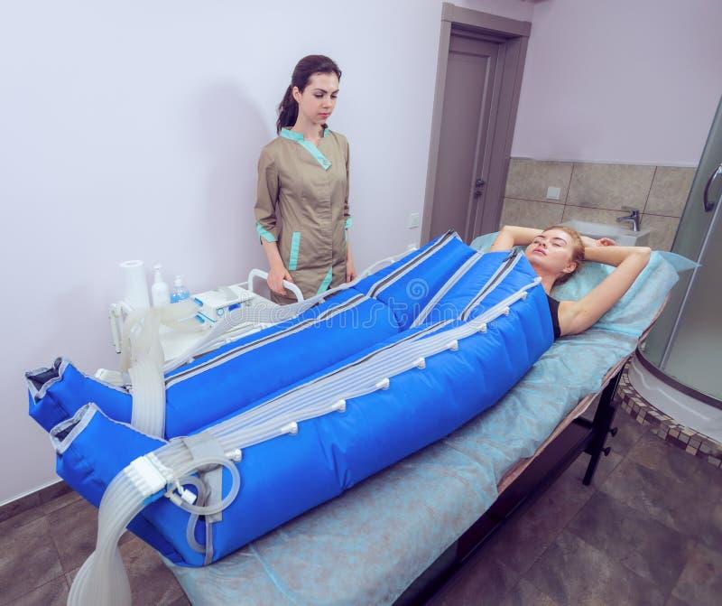 Pressotherapy Maschine des Körpers auf Frau in der Schönheitsmitte lizenzfreie stockfotos