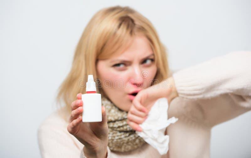 Pressung zweimal in jedem Nasenloch, wie erforderlich Sprühmedikation der kranken Frau in der Nase Ungesundes Mädchen, das Nasens stockbild