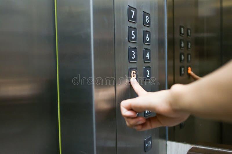 Pressurage de l'ascenseur photos stock
