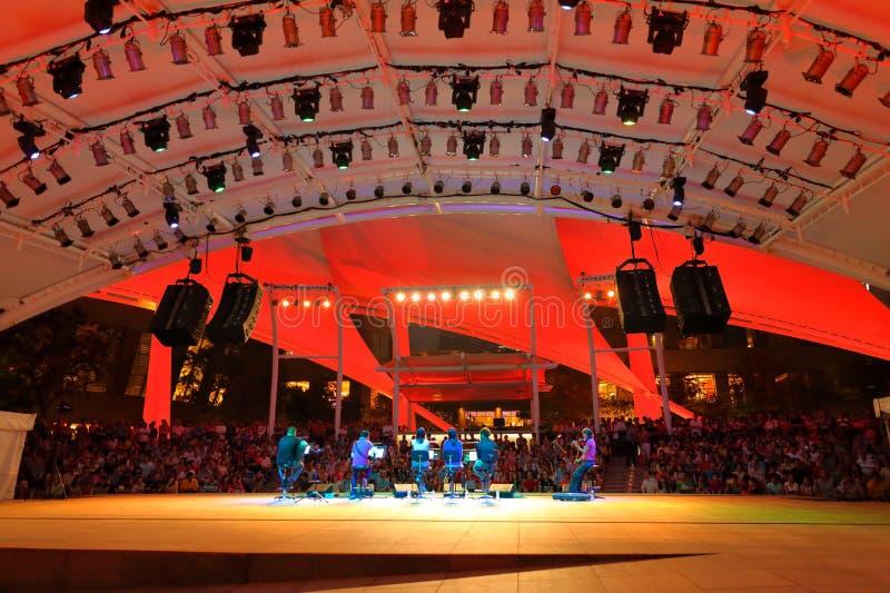 Prestaties bij Promenade Openluchttheater Singapore stock foto