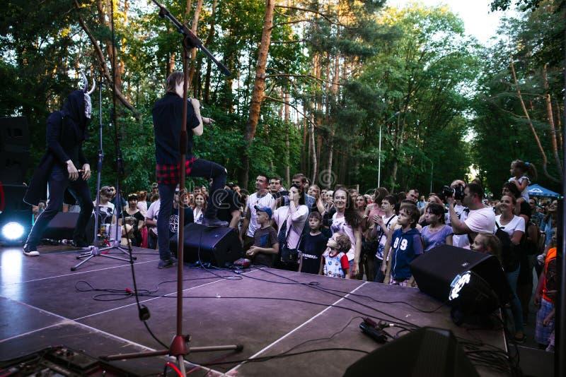 Prestaties van de popgroep ` Chumatsky Shlyakh ` 10 Juni, 2017 in Tcherkassy, de Oekra?ne royalty-vrije stock afbeelding