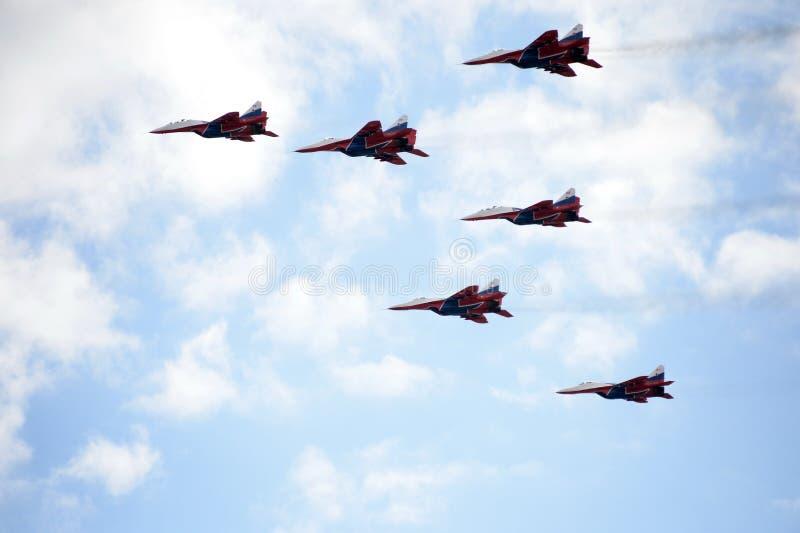 Prestaties van het Swifts aerobatic team op multifunctionele hoogst maneuverable mig-29 vechters over het Myachkovo-vliegveld stock afbeelding