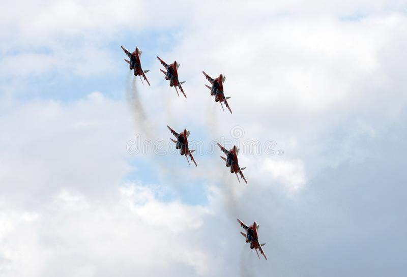 Prestaties van het Swifts aerobatic team op multifunctionele hoogst maneuverable mig-29 vechters over het Myachkovo-vliegveld stock fotografie