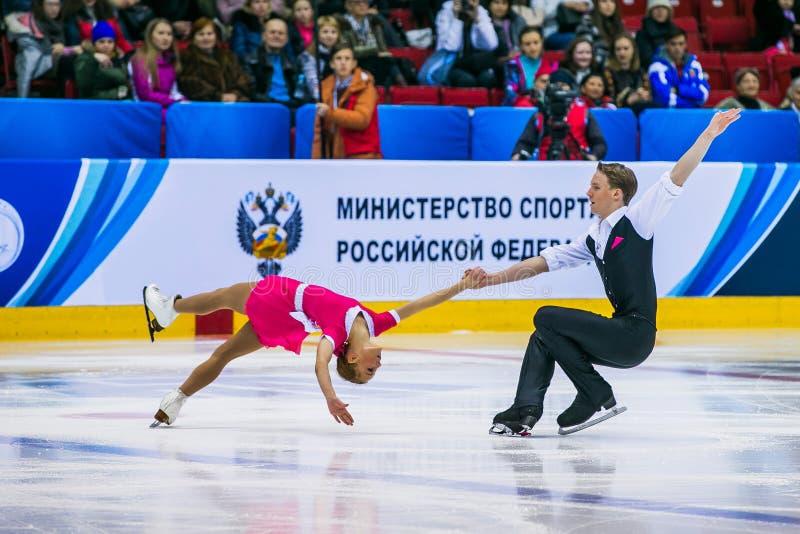 Prestaties van jonge het puntrug van het atleten dansende paar binnen doodsspiraal stock afbeeldingen