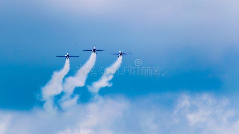3 prestatiesstralen, die op een blauwe hemel met witte wolken achter elkaar vliegen royalty-vrije stock foto's