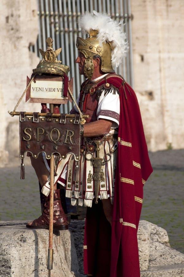 Prestazione dei gladiatori romani nel Colosseum fotografie stock