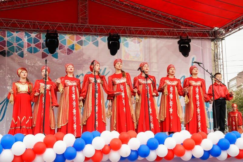 Prestazione del coro nazionale dei bambini sulla scena della via della città fotografia stock libera da diritti