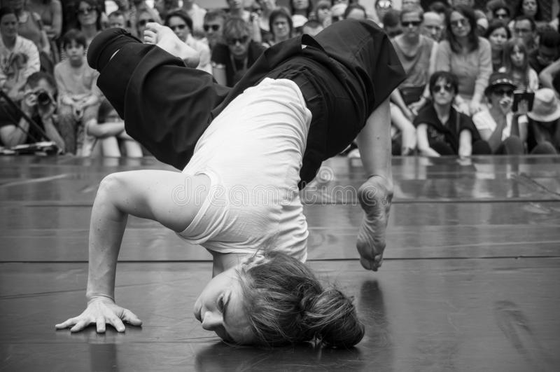 Prestazione di dancing della donna di jazz moderno nella via fotografia stock libera da diritti