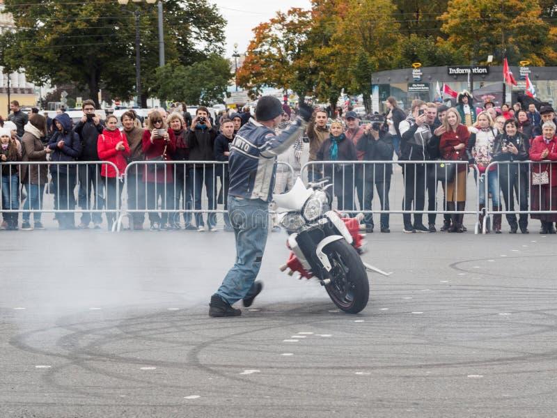 Prestazione di dimostrazione dei motociclisti sul quadrato del palazzo a St Petersburg immagini stock