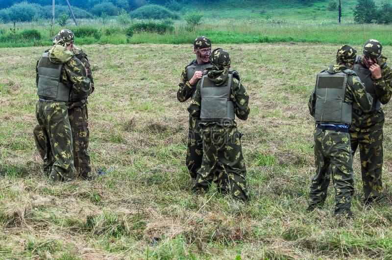 Prestazione di dimostrazione di un'unità militare Vityaz durante la celebrazione del giorno delle truppe disperse nell'aria della fotografie stock