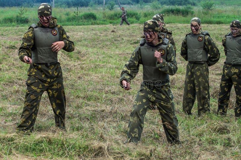 Prestazione di dimostrazione di un'unità militare Vityaz durante la celebrazione del giorno delle truppe disperse nell'aria della fotografia stock
