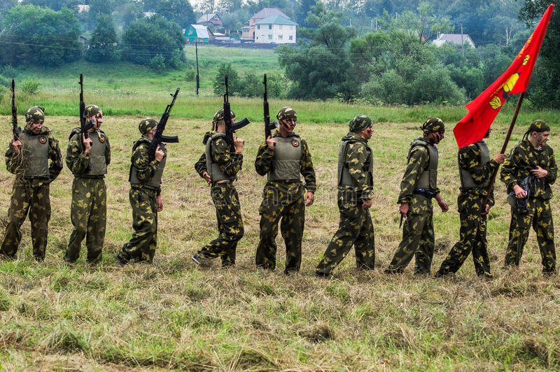 Prestazione di dimostrazione di un'unità militare Vityaz durante la celebrazione del giorno delle truppe disperse nell'aria della immagini stock