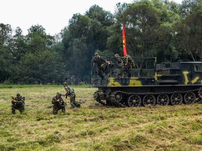 Prestazione di dimostrazione di un'unità militare Vityaz durante la celebrazione del giorno delle truppe disperse nell'aria della fotografia stock libera da diritti