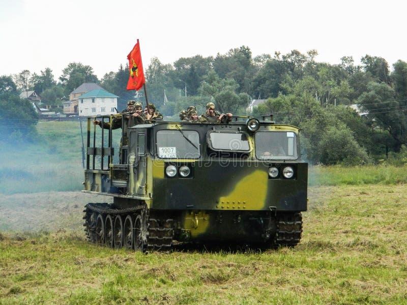 Prestazione di dimostrazione di un'unità militare Vityaz durante la celebrazione del giorno delle truppe disperse nell'aria della fotografie stock libere da diritti