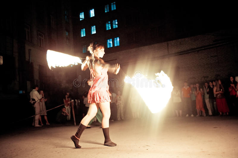 Prestazione di fuoco femminile immagine stock libera da diritti
