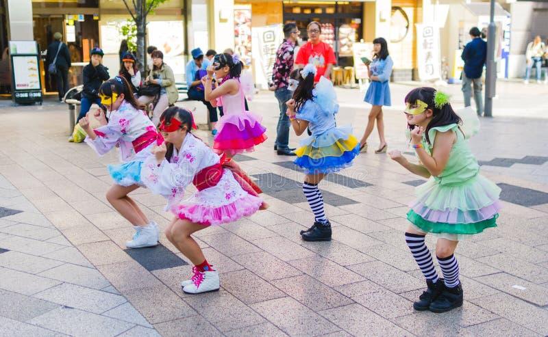 Prestazione giapponese del gruppo della ragazza fotografie stock libere da diritti