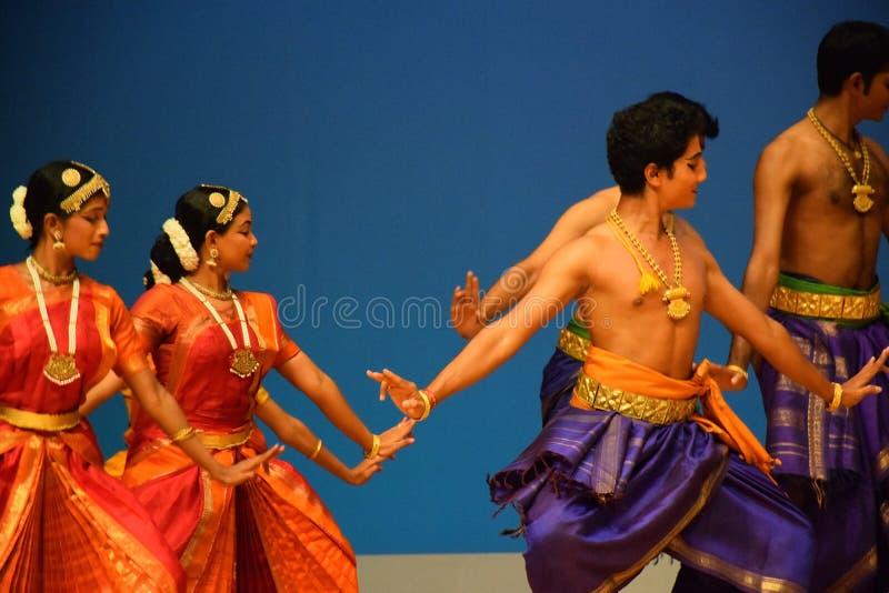 Prestazione indiana del gruppo di ballo di Bharatnatyam immagini stock