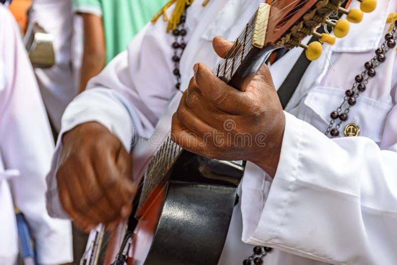 Prestazione musicale in tensione della chitarra acustica di musica popolare brasiliana immagini stock libere da diritti