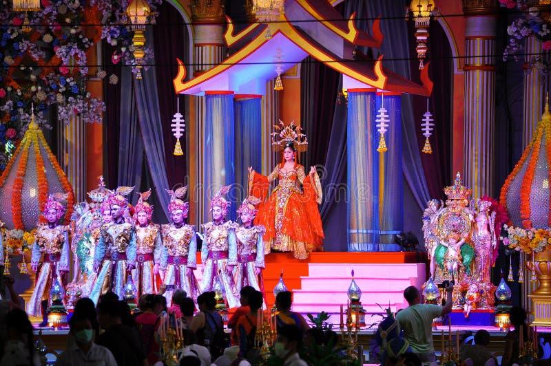 Prestazione teatrale variopinta delle ragazze in bei costumi in Tailandia, Pattaya immagine stock libera da diritti
