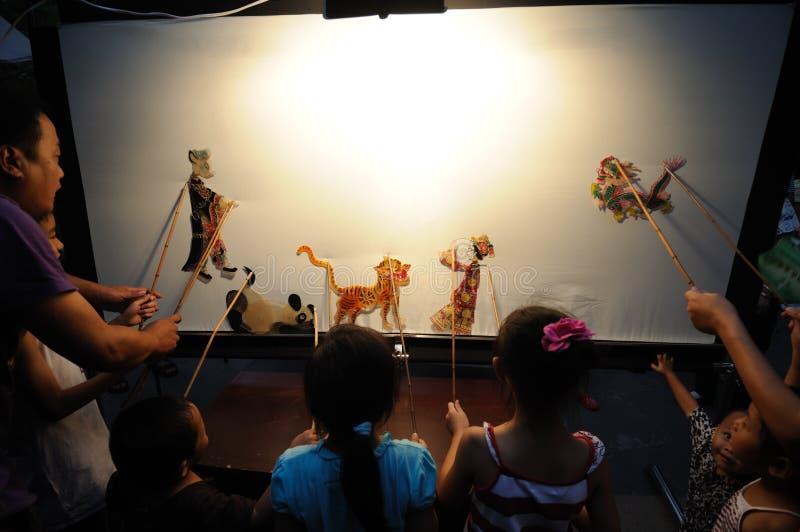 Prestazioni cinesi del gioco di ombra dei bambini fotografie stock libere da diritti