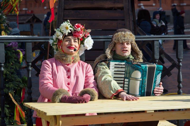 Prestazioni festive degli artisti allo Shrovetide sul quadrato di Manezhnaya a Mosca, Russia fotografia stock libera da diritti