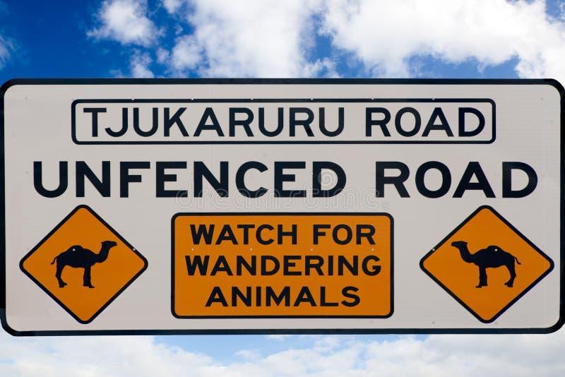 Preste atenção para o sinal dos Dromedaries, Austrália fotografia de stock royalty free