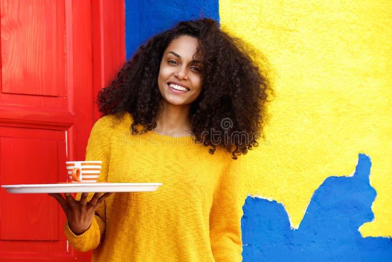 Preste serviços de manutenção à mulher no trabalho com uma xícara de café fotos de stock royalty free