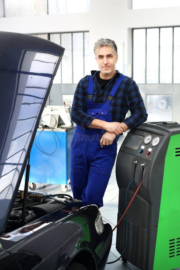 Preste serviços de manutenção ao condicionamento de ar do carro imagens de stock