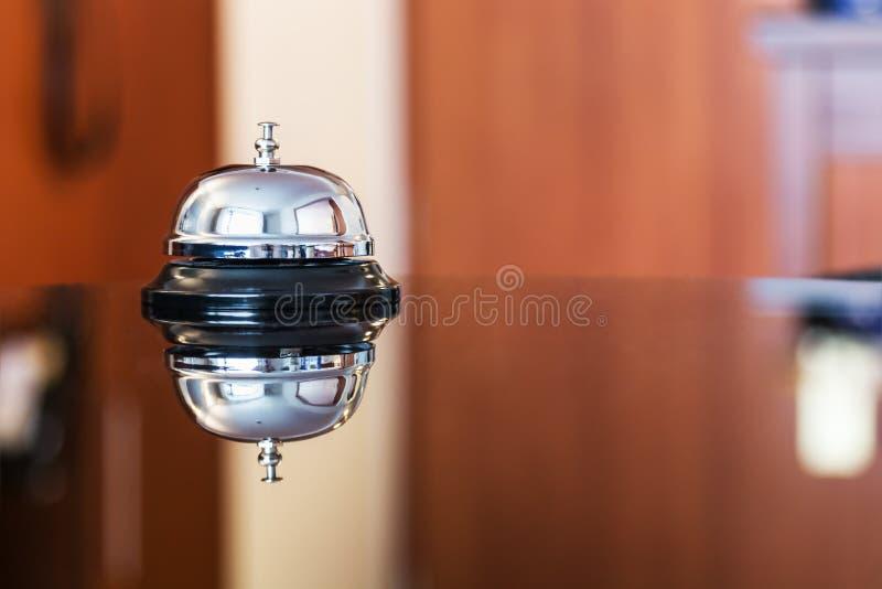 Preste serviços de manutenção ao sino em um hotel ou em outros locais fotos de stock