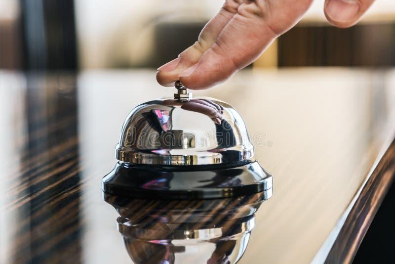 Preste serviços de manutenção ao sino em um hotel ou em outros locais imagens de stock royalty free