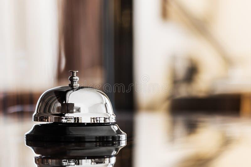 Preste serviços de manutenção ao sino em um hotel ou em outros locais foto de stock