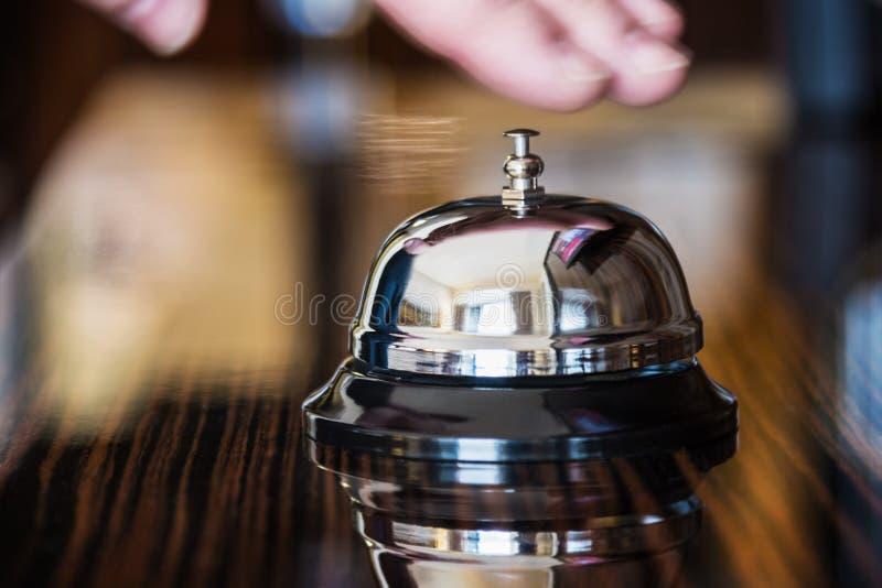 Preste serviços de manutenção ao sino em um hotel ou em outros locais foto de stock royalty free