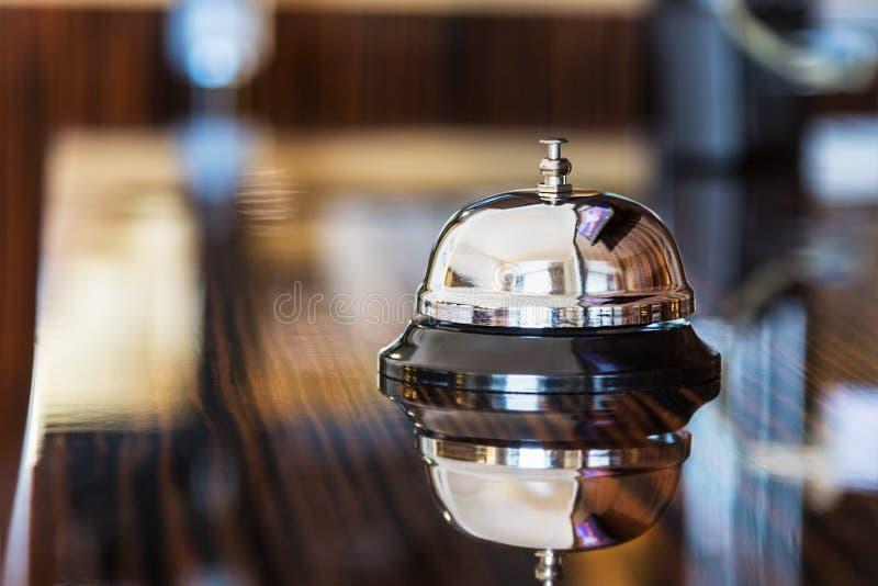 Preste serviços de manutenção ao sino em um hotel ou em outros locais fotografia de stock royalty free