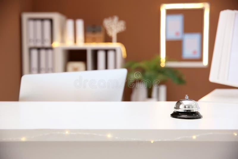 Preste serviços de manutenção ao sino na mesa de recepção no hotel, fotografia de stock royalty free