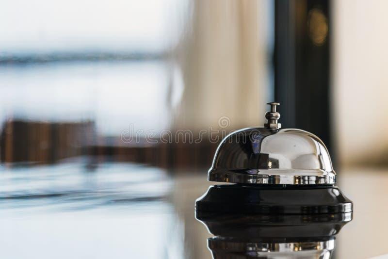 Preste serviços de manutenção ao sino na recepção no hotel fotografia de stock royalty free