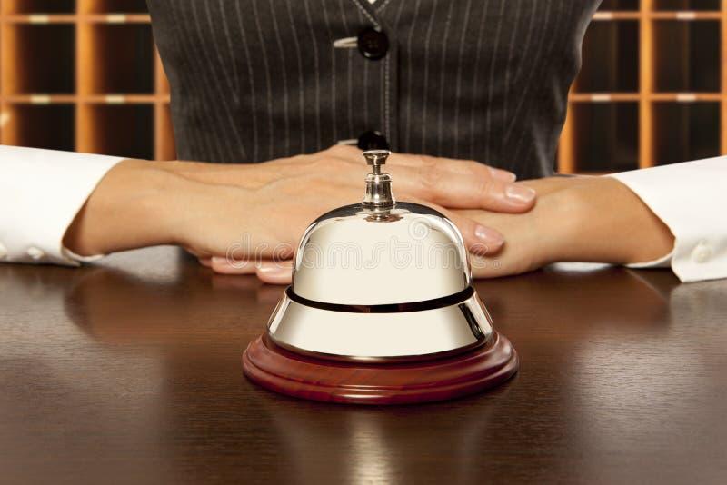 Preste serviços de manutenção ao sino no hotel foto de stock