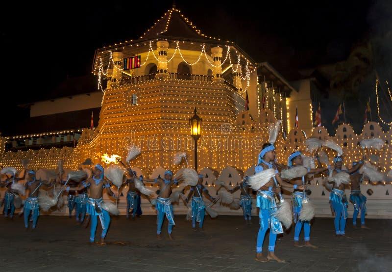 Presteren de kleurrijk geklede Chamara-dansers langs de straten van Kandy, Sri Lanka tijdens Esala Perahara royalty-vrije stock foto
