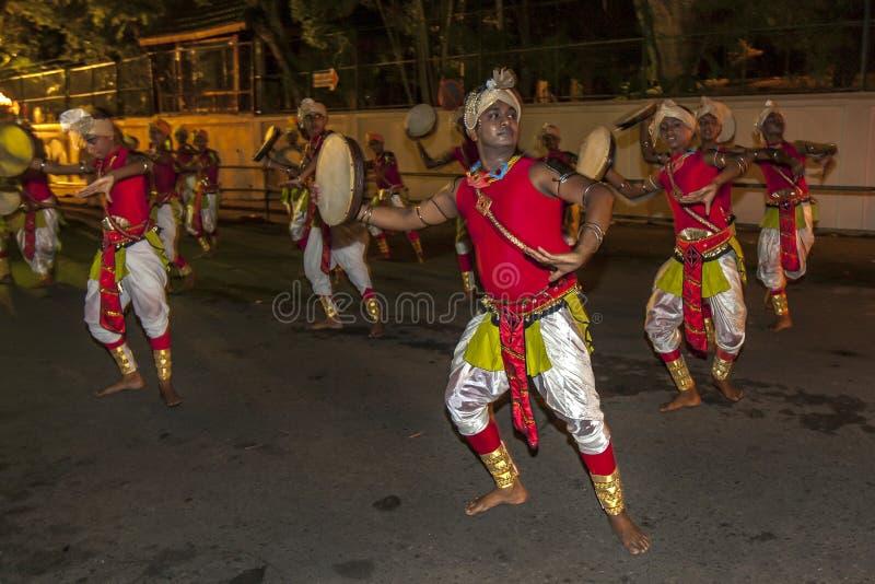 Presteren de kleurrijk geklede dansers langs de straten van Kandy, Sri Lanka tijdens Esala Perahara royalty-vrije stock foto's