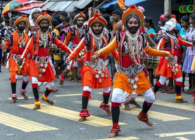 Presteren de kleurrijk geklede dansers tijdens Hikkaduwa Perahera in Sri Lanka stock foto's